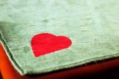 grzebaka stołu kąt z sercem i zieleni filc ukazujemy się w świetle dziennym fotografia royalty free