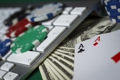 Grzebaka układy scaleni, klawiatura i karty na stole, obrazy royalty free