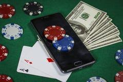 Grzebaka układy scaleni, telefon i karty na stole, obraz royalty free