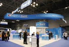 Grzebienia b Oralny budka przy Wielkim NY Stomatologicznym spotkaniem w Nowy Jork Fotografia Stock