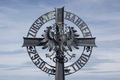 Grzebienia emblemat Zugspitzbahn przy Austriacką stroną Zdjęcie Stock