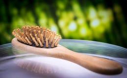 Grzebieniowy muśnięcie z przegranym włosy Fotografia Stock