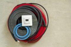 Grzejni podłogowi systemów druty, kable i pulpit operatora, Odświeżania i budowy pojęcie Wygoda dom obraz stock