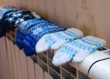 Grzejnik ogrzewanie pomaga po mroźnej pogody Zdjęcia Royalty Free