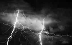 Grzmot, błyskawicy i deszcz na burzowej lato nocy, Fotografia Stock