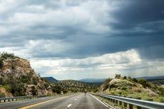 Grzmot linia horyzontu nad skałami i autostradą obraz royalty free