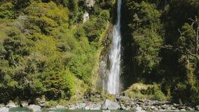 Grzmot zatoczki siklawa, Mt Aspiruje parka narodowego, Haast przepustka, Południowa wyspa, Nowa Zelandia zbiory wideo