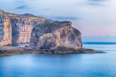 Grzyb skała w Dwejra Podpalany używać jako tło na tapecie, Gozo, Malta fotografia royalty free