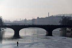 Grzywy przerzucają most w Praga mgłowy ranek i mężczyzna Zdjęcie Stock