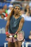 GSixteen cronometra o campeão que do grand slam Serena Williams durante primeiros dobros do círculo combina com a colega de equip Imagens de Stock Royalty Free