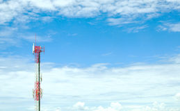 GSM在蓝天的网络天线 免版税库存图片