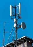 GSM radiowa satelitarna antena na halnym domu Zdjęcie Stock