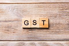 GST-woord dat op houtsnede wordt geschreven GST-tekst op houten lijst voor uw het desing, concept royalty-vrije stock foto