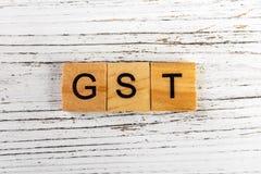GST-woord met houten blokken Bedrijfsconcept wordt gemaakt dat Stock Fotografie