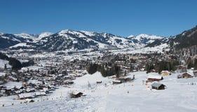 Gstaad, villaggio e centro di villeggiatura Fotografia Stock Libera da Diritti