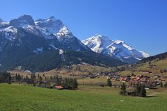 Gsteig bei Gstaad in primavera Immagine Stock