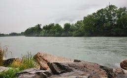 Gästgivargårdflod nära Haiming _ Arkivbild