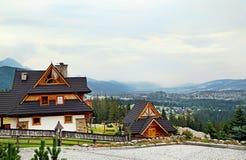 Gästhus i den traditionella bergstilen och berget Royaltyfria Bilder