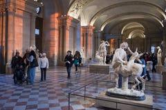 >Museum van het Louvre, Toeristen die Beeldhouwwerk bezoekt Royalty-vrije Stock Foto
