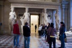>Museum van het Louvre, Toeristen die Beeldhouwwerk bezoekt Stock Foto's