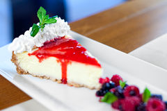 Gâteau au fromage avec l'écrimage sauvage de baies Photo libre de droits
