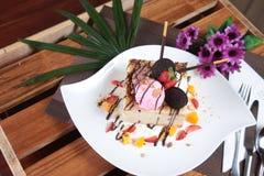 Gâteau au fromage avec la fraise et l'oreo Photographie stock libre de droits