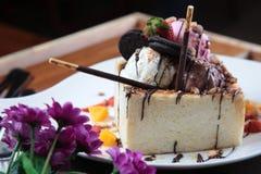Gâteau au fromage avec la fraise et l'oreo Photo stock