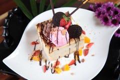 Gâteau au fromage avec la fraise et l'oreo Photos stock