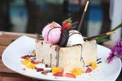 Gâteau au fromage avec la fraise et l'oreo Image stock