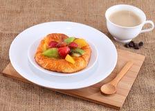 G?teau avec les fruits frais Photographie stock libre de droits