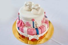 Gâteau d'anniversaire rose et blanc de belle deux-couche Photographie stock