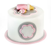 Gâteau d'anniversaire rose pour le bébé d'isolement sur le fond blanc Photos stock