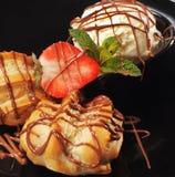 Gâteau de fantaisie avec la crême glacée Photo stock