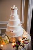 Gâteau de mariage blanc à gradins Photographie stock