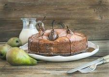 Gâteau de poire, de gingembre et de miel avec l'écrimage crémeux de caramel, p frais Image stock