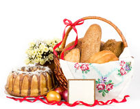 Gâteau de Pâques et oeufs de pâques avec des fleurs Image libre de droits