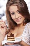 Gâteau de prise de femme Photo stock