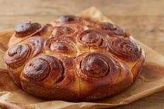 Gâteau fait maison de petit pain de cannelle Images libres de droits