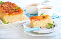 Gâteau à l'envers de pêche Photographie stock libre de droits