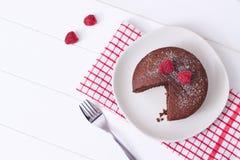 Gâteau mousseline de chocolat et désert de framboises Photo stock