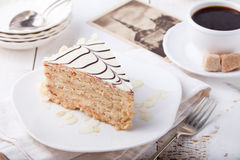 Gâteau traditionnel d'Esterhazy de Hongrois avec des cartes postales de tasse et de vintage de café Images stock