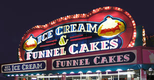Gâteaux d'entonnoir de stand de carnaval Photo libre de droits