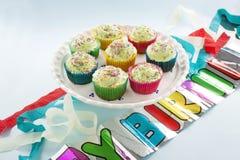 Gâteaux de tasse d'anniversaire Photographie stock