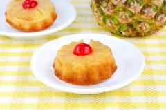 Gâteaux à l'envers d'ananas individuel Images stock