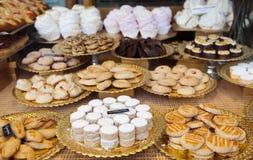 Gâteaux à la fenêtre de boutique Image libre de droits
