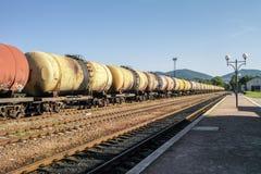 Güterzüge Eisenbahnserie der Tankerautos, die Rohöl auf den Spuren transportieren Lizenzfreie Stockfotos