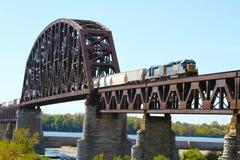 Güterzug, der eine Stahleisenbahn-Binder-Fluss-Brücke kreuzt Lizenzfreie Stockfotos