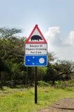 Guárdese de la travesía del ` s del hipopótamo, señal de tráfico Ruta del jardín, Suráfrica Imagen de archivo