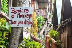 Guárdese de los monos - muestra del peligro Imagen de archivo libre de regalías
