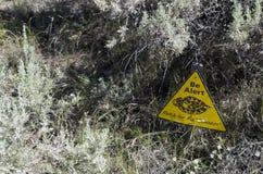 GUÁRDESE y esté alerta: Advertencia de la serpiente de cascabel Fotos de archivo